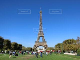 背景にエッフェル塔を草の中に座って大きな時計塔の写真・画像素材[1685308]