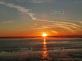 水の体に沈む夕日の写真・画像素材[1685312]