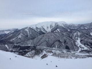 近く雪に覆われた山の写真・画像素材[1714739]