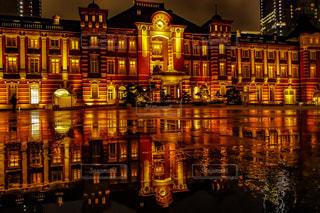建物の隣の水の写真・画像素材[2223480]