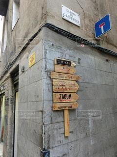 建物の側面の看板の写真・画像素材[2232867]