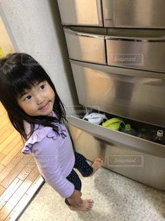 冷蔵庫を足で閉める3歳の写真・画像素材[1797330]