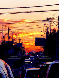 大量のトラフィックでいっぱい街に沈む夕日の写真・画像素材[961101]