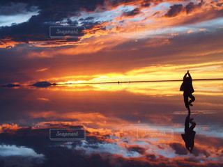 夕焼け空に浮かぶ雲の写真・画像素材[1001304]