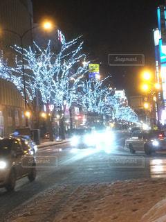 夜の街に信号機の写真・画像素材[938914]