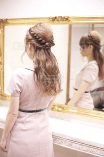 カメラにポーズ鏡の前に立っている人の写真・画像素材[1032068]