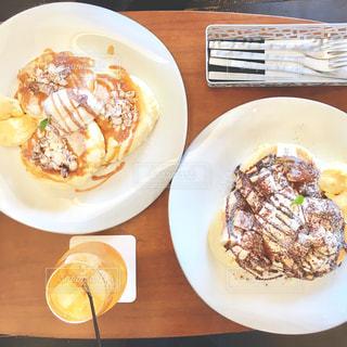テーブルの上に食べ物のプレートの写真・画像素材[1036989]