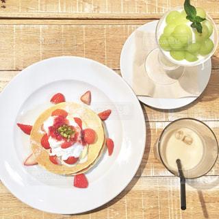 テーブルの上に食べ物のプレートの写真・画像素材[1037019]
