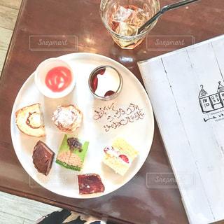 テーブルの上に食べ物のプレートの写真・画像素材[1037024]
