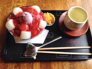 食品やコーヒー テーブルの上のカップのプレートの写真・画像素材[1048375]