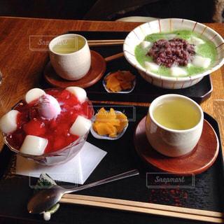 食品やコーヒー テーブルの上のカップのプレートの写真・画像素材[1048383]