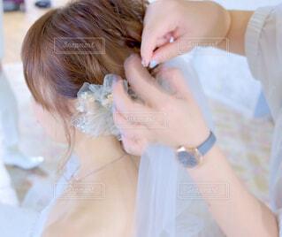 ヘアアレンジをしてる女性の写真・画像素材[4406339]