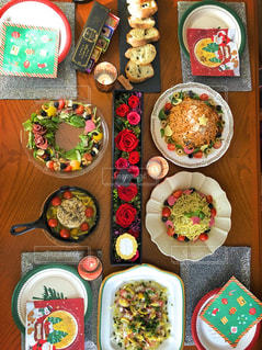 テーブルの上に食べ物の多くの異なる種類の写真・画像素材[939471]