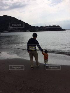 海沿いを歩く親子の写真・画像素材[963516]