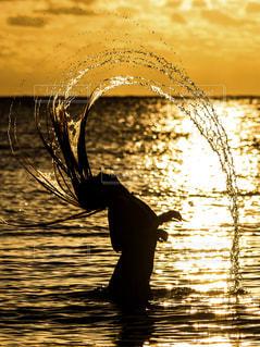 水の体の横に立っている人の写真・画像素材[952656]