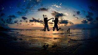 水の体の横に立っている人の写真・画像素材[957550]