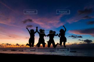 ビーチでの背景の夕日に人々 のカップルの写真・画像素材[957555]