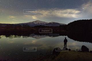 山に沈む夕日の写真・画像素材[2140477]