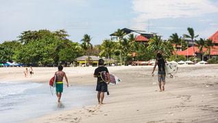 浜辺を歩いている人々のグループの写真・画像素材[2140492]
