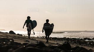浜辺を歩いている人々のグループの写真・画像素材[2140494]