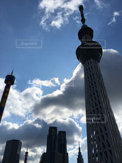 曇り空と大きな背の高い塔の写真・画像素材[1027283]