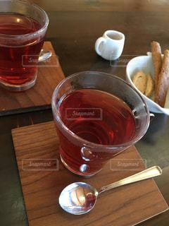 コーヒーやビール、テーブルの上のガラスのカップの写真・画像素材[943081]