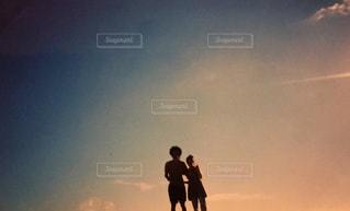 日没の前に立っている男の写真・画像素材[959004]