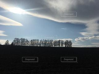 曇りの日に空の雲の写真・画像素材[1014297]