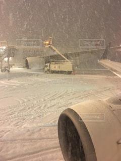 雪に覆われた飛行機の写真・画像素材[1732097]
