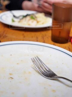 フォークで食べ物の皿 - No.1061105