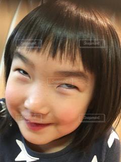 カメラに向かって笑みを浮かべて少女の写真・画像素材[946432]
