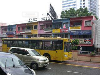 黄色のバス通り忙しい街を運転の写真・画像素材[946634]