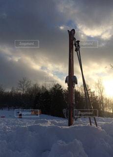 雪に覆われた斜面をスキーに乗る男 - No.948918