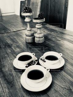 木製テーブルの上のコーヒー カップ - No.943888