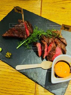 木製テーブルの上に座って食品のプレート - No.1036543