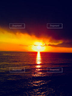 水の体に沈む夕日の写真・画像素材[1270485]