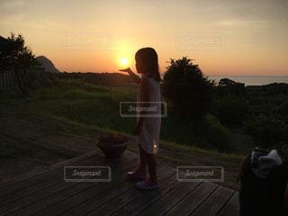 日没の前に立っている男の写真・画像素材[955406]