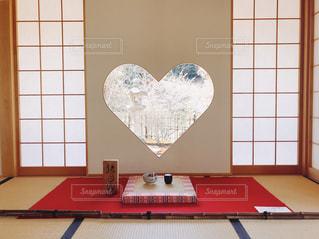 テーブルの上の赤白と青画面の写真・画像素材[1113262]