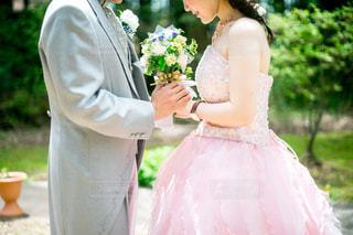 ウェディング ドレスを着ている人の写真・画像素材[1232883]