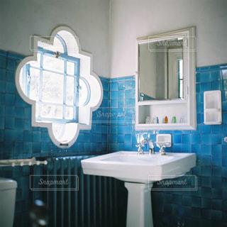 青と白のタイル、シンク、鏡の写真・画像素材[1319918]