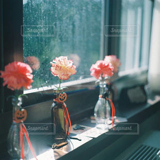 テーブルの上に座って花の花瓶の写真・画像素材[1373541]