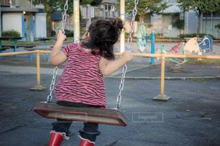 子ども,公園,後ろ姿,ブランコ,子供,人物,人,デート,後ろ