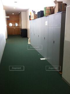 学校の校舎内、廊下とロッカーの写真。の写真・画像素材[1004346]