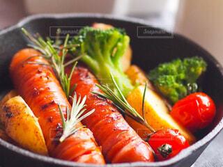 食べ物,風景,朝食,ランチ,カラフル,景色,鮮やか,トマト,野菜,昼食,料理,ブレックファースト,おいしい,調理,美味しい,スキレット,ハーブ,ソーセージ,ジューシー,贅沢,ブランチ,おつまみ,ローズマリー,食材,テーブルコーデ,ソテー,メイン料理,プチ贅沢,付け合わせ,チェダーチーズ,おうち時間,ジョンソンヴィル