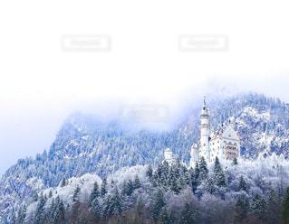 背景の山と建物の写真・画像素材[948233]