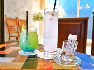 青い花瓶をテーブルの上でグラス - No.948247