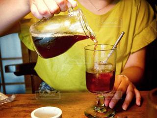 近くにワインのグラスを持っている人のの写真・画像素材[950128]