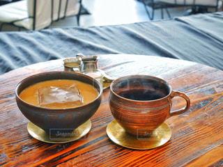 テーブルの上のコーヒー カップ - No.954165