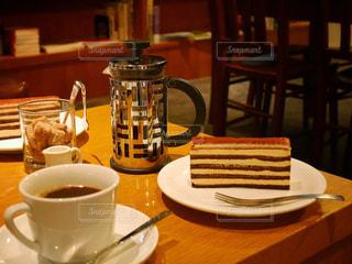 テーブルの上のコーヒー カップの写真・画像素材[954558]