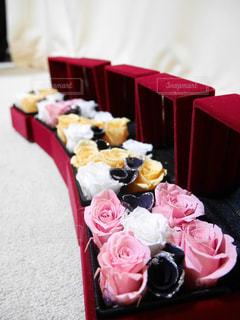 テーブルに赤と白のケーキの写真・画像素材[954576]
